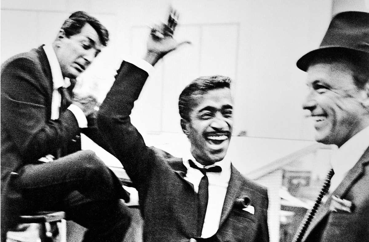 """""""Rat Pack"""" bei der Arbeit: Dean Martin, Sammy Davies Jr. und Frank Sinatra 1962 bei den Aufnahmen von """"Come blow your horn"""". Foto: Taschen Verlag/Phil Stern Foto:"""