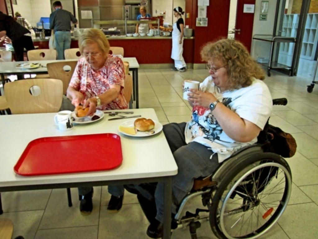 Anke Ballreich (rechts im Rollstuhl) aus Frankfurt ist mit ihrer Mutter Helga angereist. Foto: Claudia Barner