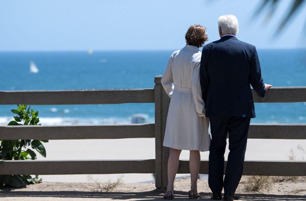 Oh, wie schön ist Santa Monica: Bundespräsident Frank-Walter Steinmeier und seine Frau Elke Büdenbender gehen an der Küstenpromenade spazieren. Foto: dpa