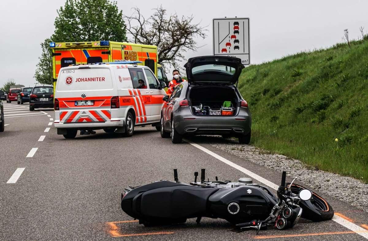Ein BMW und ein Motorradfahrer befuhren die B464 in Richtung Weil im Schönbuch. Foto: SDMG/Dettenmeyer