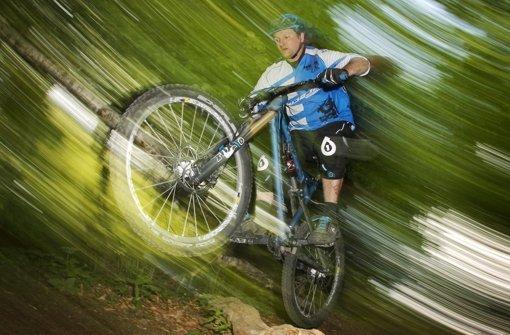 Mountainbiker wollen auf schmalen Pfaden ihre Fahrtechnik trainieren. Foto: dpa
