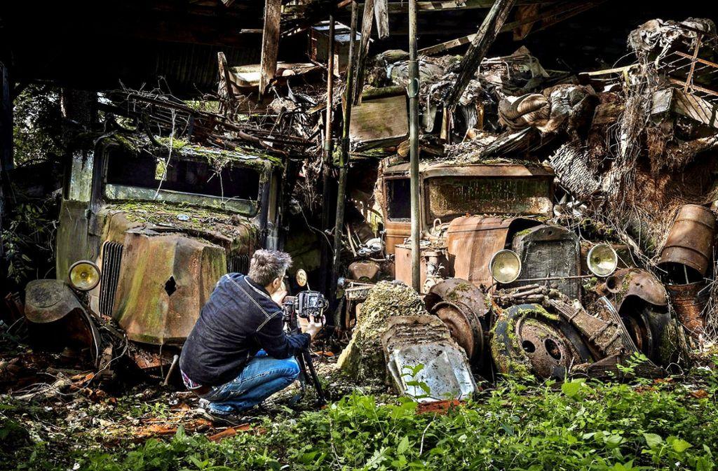 Mirko Pezold hat einen Autofriedhof im Wald aufgespürt. Foto: Pezold