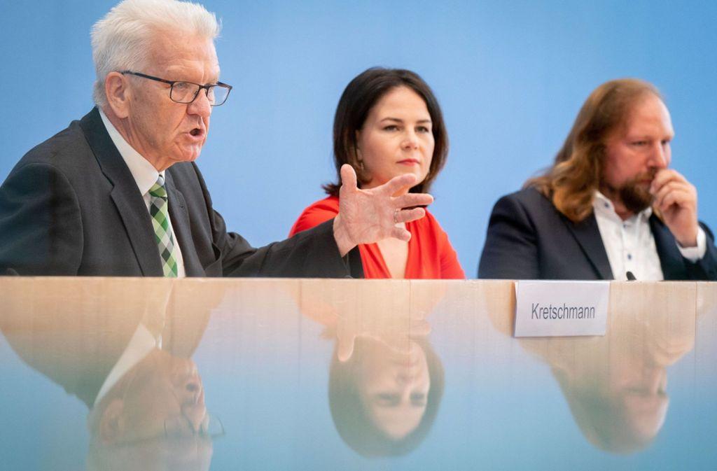 Grünen-Chefin Annalena Baerbock,  mit  Winfried Kretschmann (links), Ministerpräsident von Baden-Württemberg, und Grünen-Fraktionschef Anton Hofreiter auf einer Pressekonferenz, wo sie sich auch zur Gesundheit von Angela Merkel geäußert hat. Foto: dpa