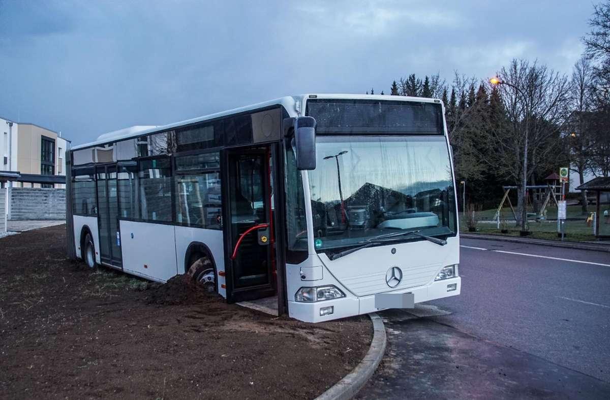 Am Montagabend landete dieser Linienbus in Aidlingen fernab der Straße und kam nicht mehr los vom erdigen Untergrund Foto: SDMG/Dettenmeyer