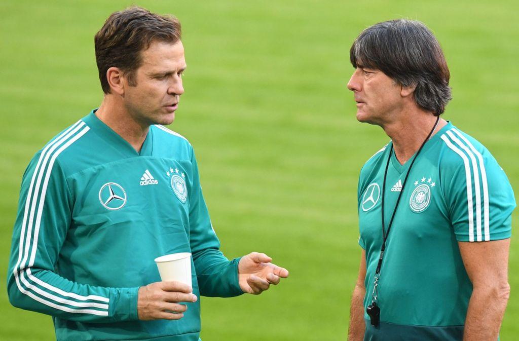 Beim DFB gelten ab sofort wieder strengere Regeln. Nationalmannschaftsdirektor Oliver Bierhoff und Bundestrainer Joachim Löw (rechts) wollen so wieder in die Erfolgsspur zurück. Foto: AFP
