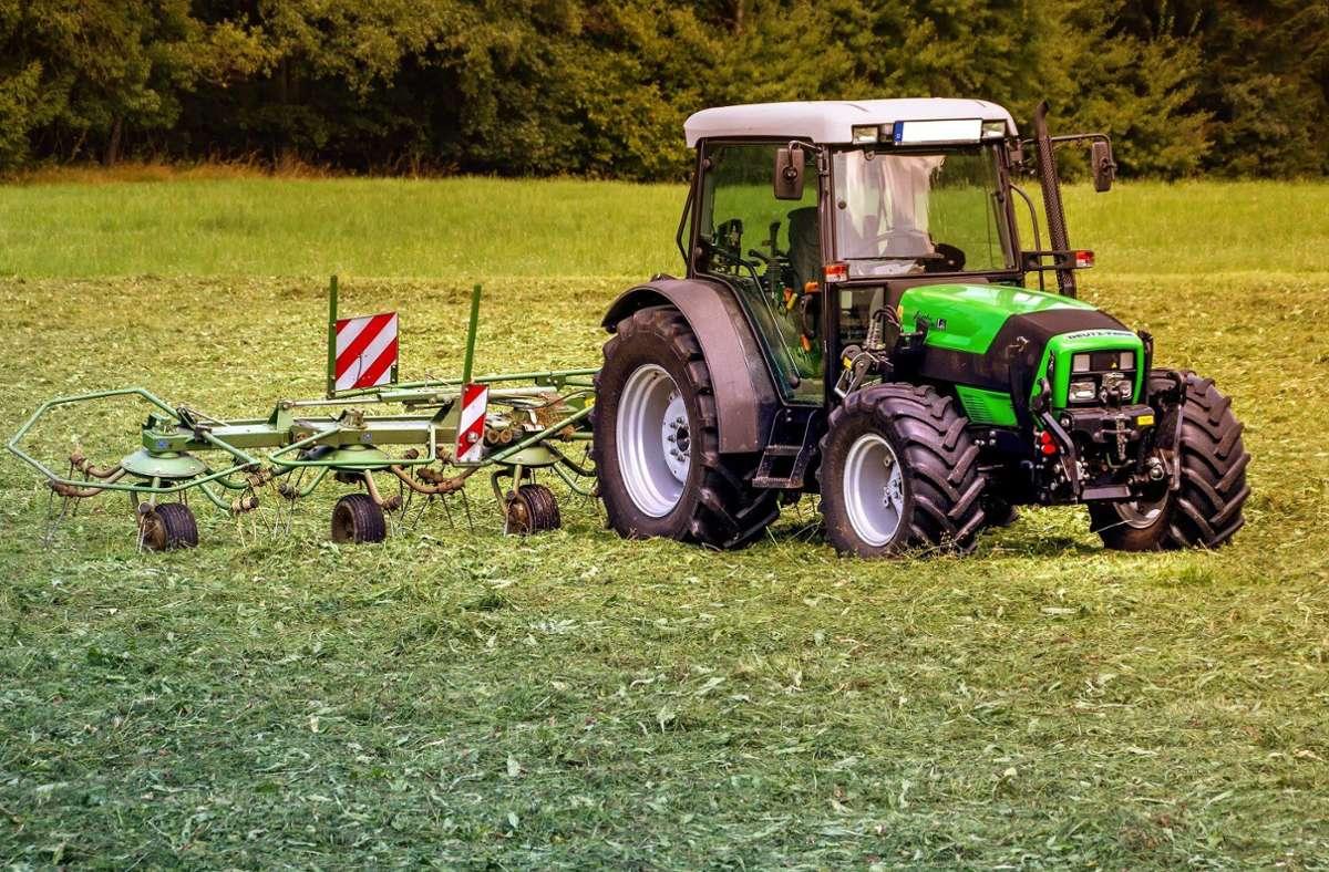 Die Unbekannten verwüsteten mit einem gestohlenen Traktor mehrere Felder. Die Polizei sucht Zeugen (Symbolbild). Foto: pixabay/analogicus