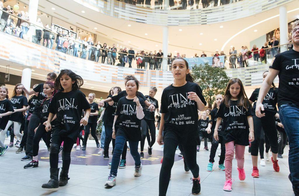 """50 Schüler der Tanzschule Wolf haben im Milaneo eine Choreografie zu Martina """"Tini"""" Stoessels Lied """"Got me started"""" getanzt. Foto: Lichtgut/Verena Ecker"""