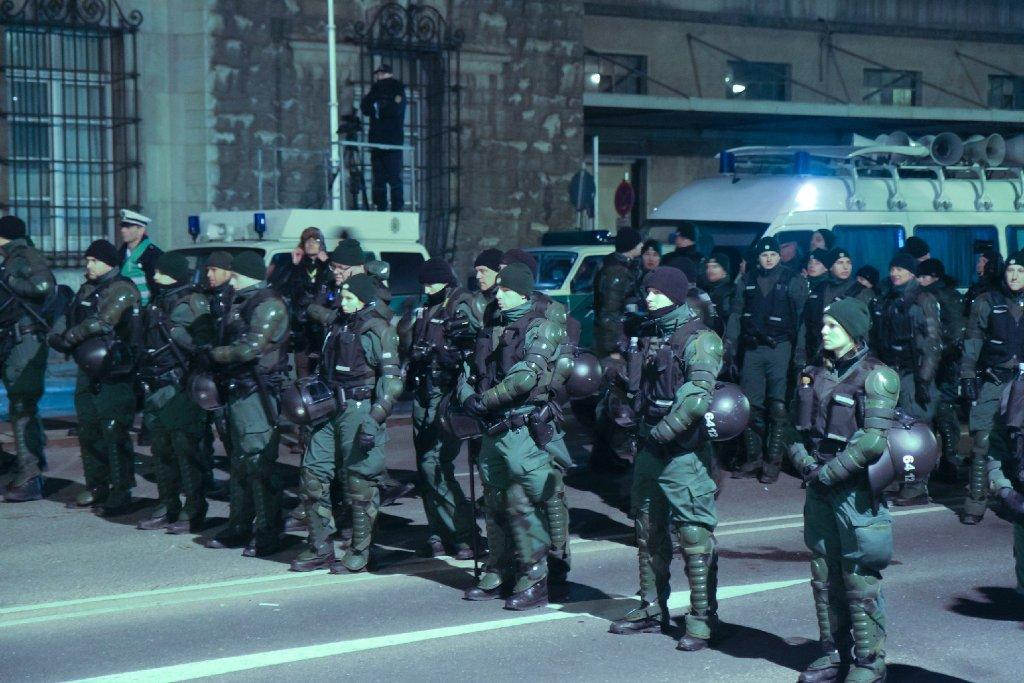 Er soll Abschreckungscharakter haben – der Aufzug der Polizisten mit ihren Bein- und Brustpanzern. Foto: 7aktuell.de/Becker, Eyb, Gerlach