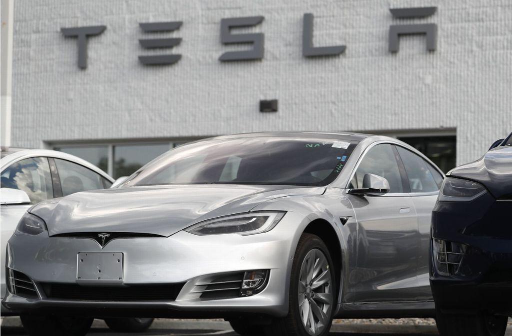 In einem Tesla Model 3 war in den USA ein Mann unterwegs – schlafend bei mehr als 100 Stundenkilometern. Foto: dpa