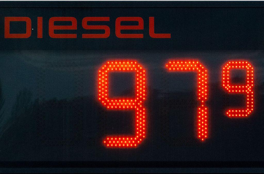 Der Preis für Diesel ist in einigen Städten unter einen Euro gefallen. Foto: dpa/Robert Michael