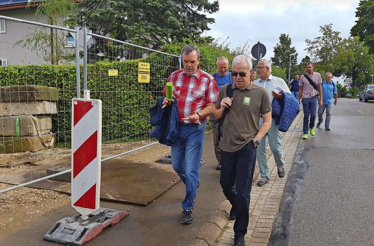 Fährt hier mal die  Boller Bahn durch? Bürgermeister  Hans-Rudi Bührle (links) im Gespräch mit Landrat  Edgar Wolff. Foto: Jürgen Schäfer