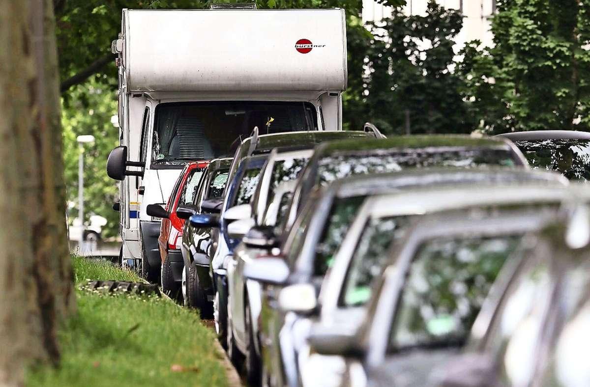 Kleinere Wohnmobile bekommen einen regulären Parkausweis. Modelle, die schwerer als 3,5 Tonnen sind, hingegen nicht. Foto: Archiv/Achim Zweygarth