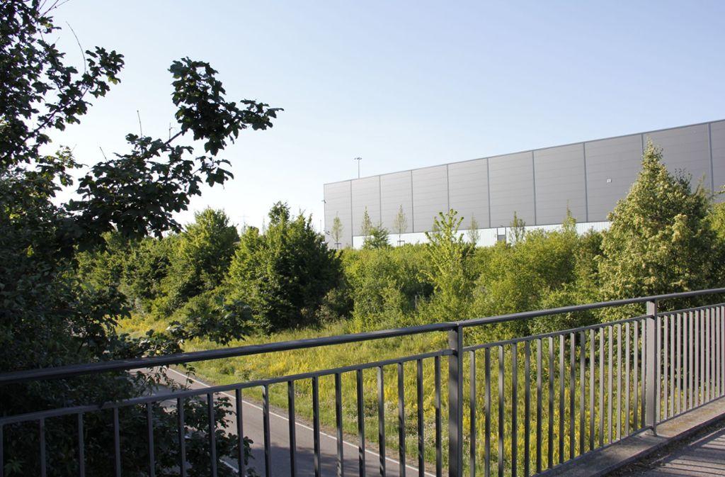Die Halle an der Grenze zwischen Kornwestheim steht auf dem  Gebiet, dessen Bebauungsplan für unwirksam erklärt wurde. Foto: Lederer