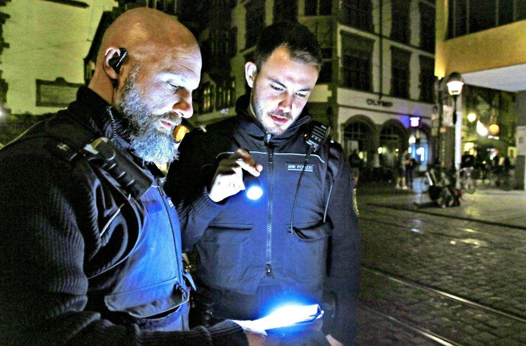 Stefan  Tränkle (links) leitet die Sondereinheit Gewa-City Foto: Steve Przybilla