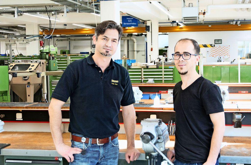 Petar Alan, Ausbildungsmeister Mechatronik (links), und Rami Aswad in der Geze-Lehrwerkstatt. Foto: