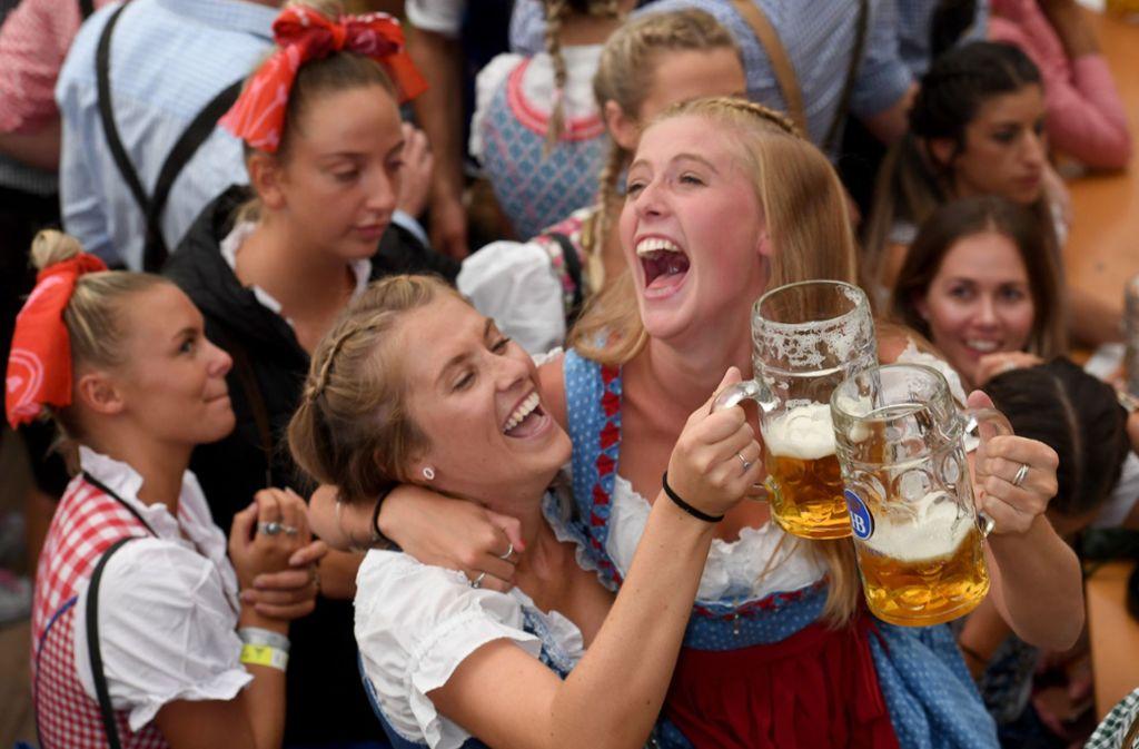 Auf dem Oktoberfest wird gelacht und getrunken. Foto: dpa