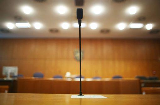 Zwei junge Männer stehen vor Gericht