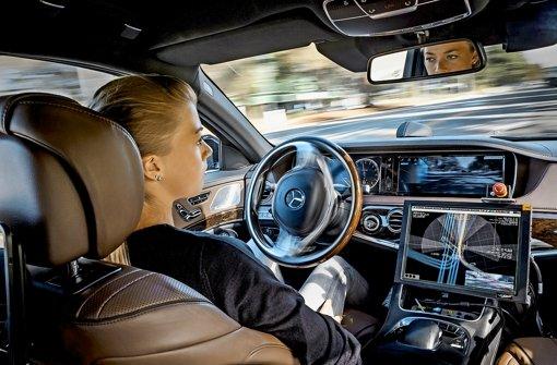 Eine Testfahrt im Sonnenschein im amerikanischen Silicon ValleyForschungsministerin Theresia Bauer im selbstfahrenden Auto Foto: Daimler