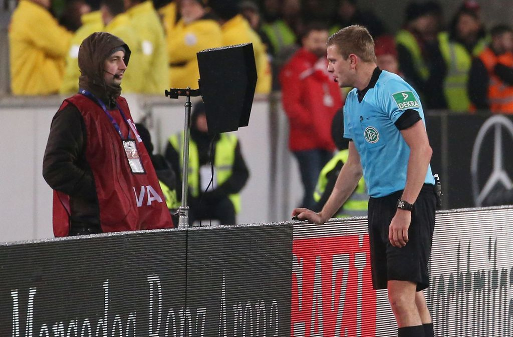 Der Einsatz des Videobeweises ist in der laufenden Saison des VfB Stuttgart keine Seltenheit. Foto: Pressefoto Baumann
