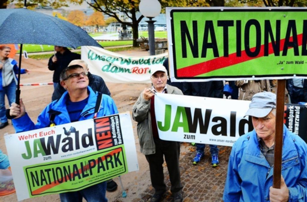 Gegner des geplanten Nationalparks im Nordschwarzwald demonstrieren vor dem Ausweichquartier des Landtags. Den Werdegang des Projekts können Sie in unserer Bildergalerie sehen. Foto: dpa