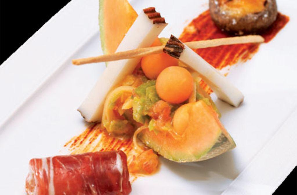 Tapas-VariationenCharantais-Melone mit Trampo-Salat und Tinajeros-Käse | Steinchampignon gefüllt mitCrema catalana vom Thunfisch | Rotondillo vom Kalb und Pata-Negra-Schinken Foto: Verlagsedition netzwerk