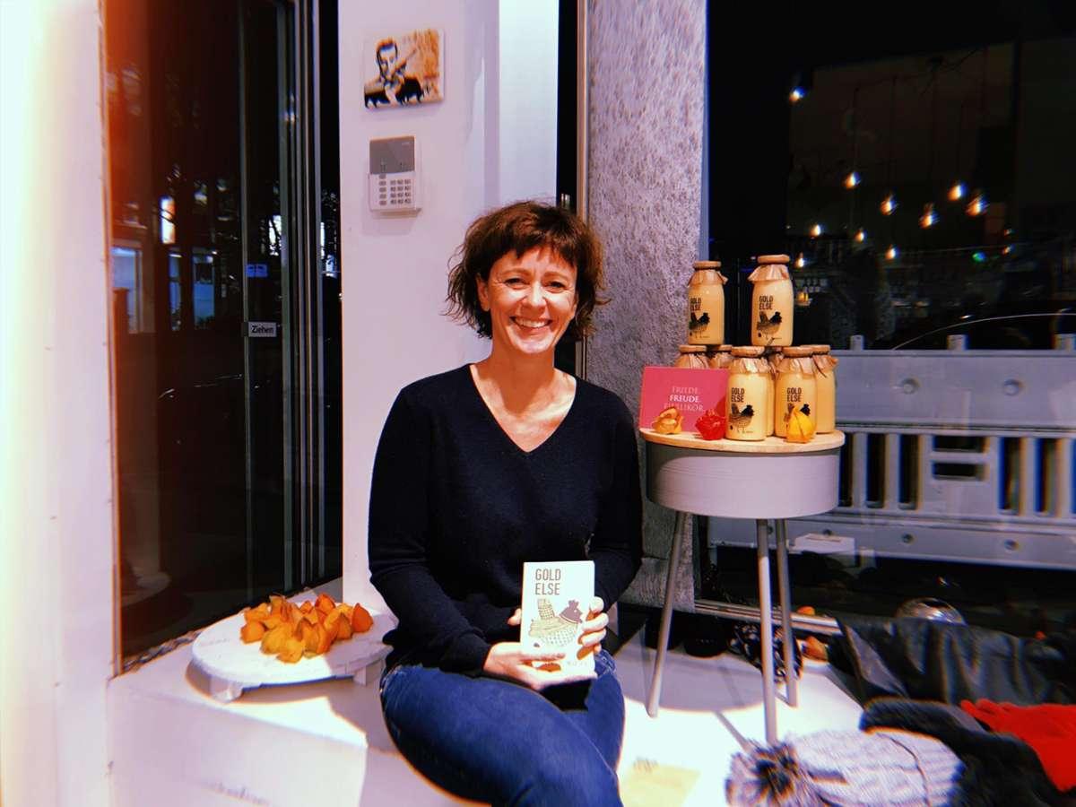 Yvonne Henning freut sich, dass ihr Eierlikör Goldelse so gut ankommt.  Foto: Tanja Simoncev