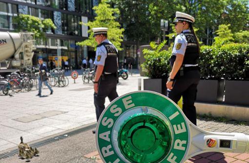 Polizisten leisten Geleitschutz für erschöpfte Entenfamilie