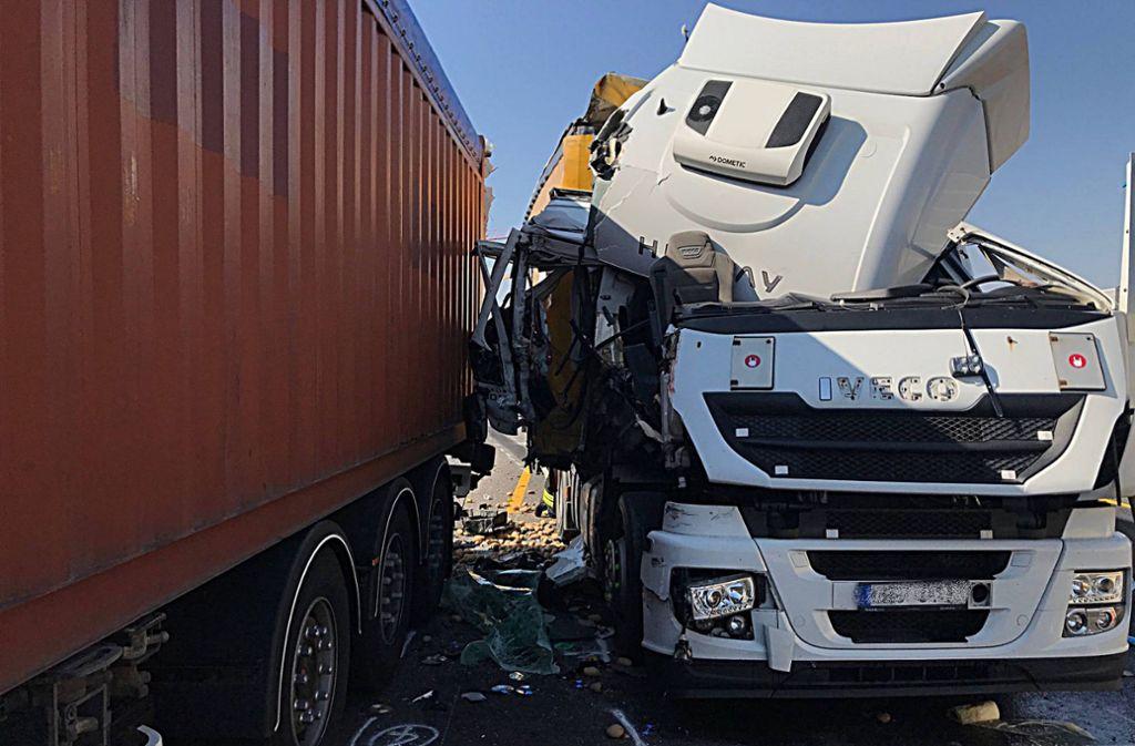 Das Fahrerhaus eines Lastwagens ist vollständig zerstört worden. Foto: 7aktuell.de/ Hessenauer