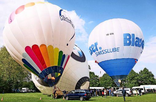 Heißluftballons über dem Wasen