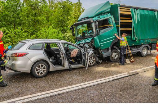 Auto kracht in Lkw – Zwei Kinder schwer verletzt
