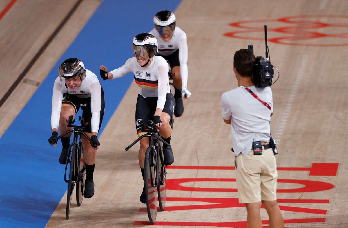 Der deutsche Bahnrad-Vierer der Frauen hat mit einem weiteren Weltrekord erstmals olympisches Gold in der Mannschaftsverfolgung gewonnen. Foto: AFP/ODD ANDERSEN