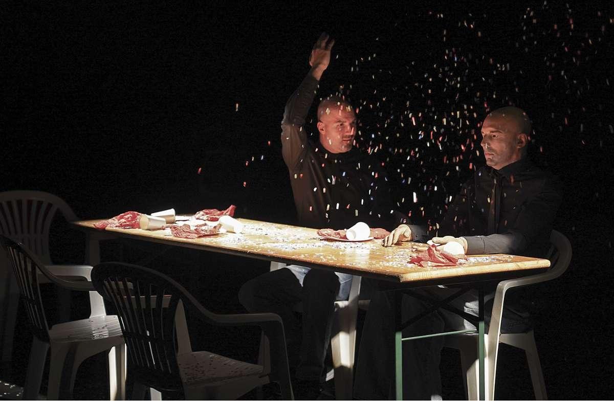 """Szene aus """"Confetti"""" mit Emilien Truche und  seinem starren Doppelgänger im Fitz. Foto: Fitz/Daniela Wolf"""