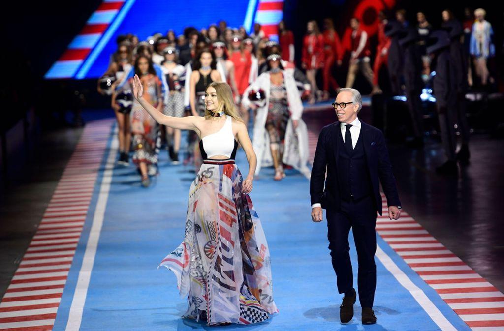 Topmodel Gigi Hadid und Designer Tommy Hilfiger nach der Hilfiger-Modenschau in Mailand am Sonntag. Foto: AFP