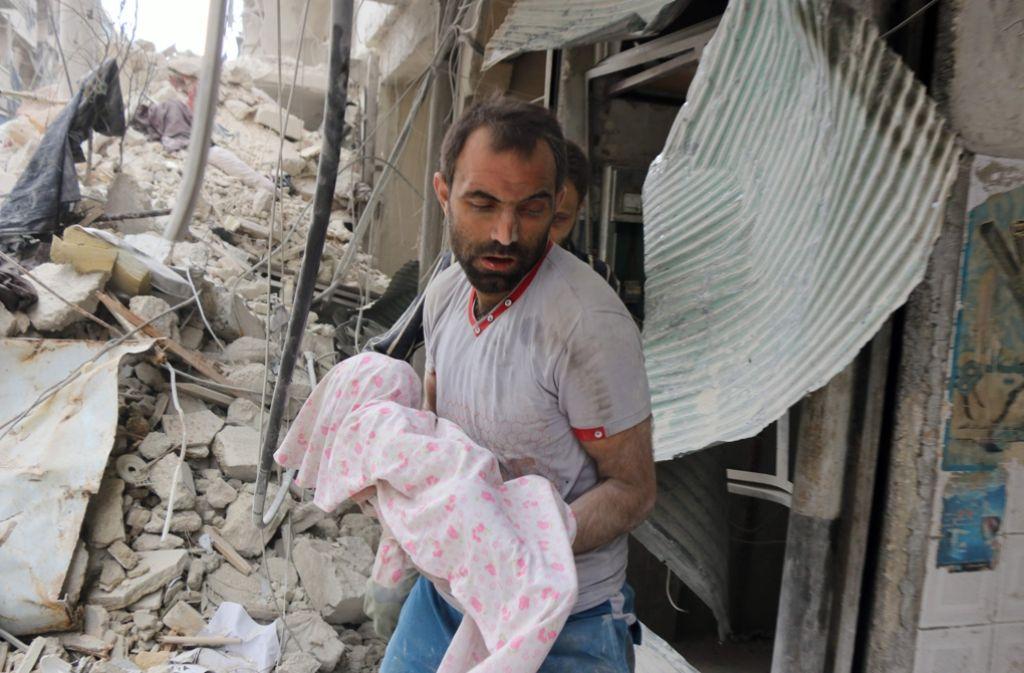 Laut UNO-Angaben starben nach Angriffen auf Aleppo in den vergangene zahlreiche Kinder und Erwachsene. Die Stadt wird nach dem Bruch der Waffenruhe heftig attackiert. Foto: AFP