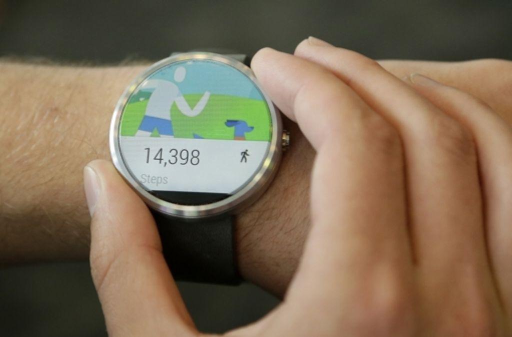 Schritte zählen können die meisten Smartwatches (auf dem Bild eine Moto 360 von Motorola). Smartwatch-Spiele hingegen sollen Fitness mit Spaß verbinden. In der Bilderstrecke zeigen wir ein paar Beispiele für Smartwatch-Games. Foto: AP
