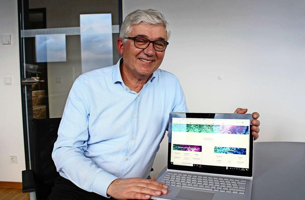 Werner Landhäußer, Gesellschafter bei Mader und Geschäftsführer von Looxr, zeigt die Looxr-App auf dem Laptop. Foto: Caroline Holowiecki