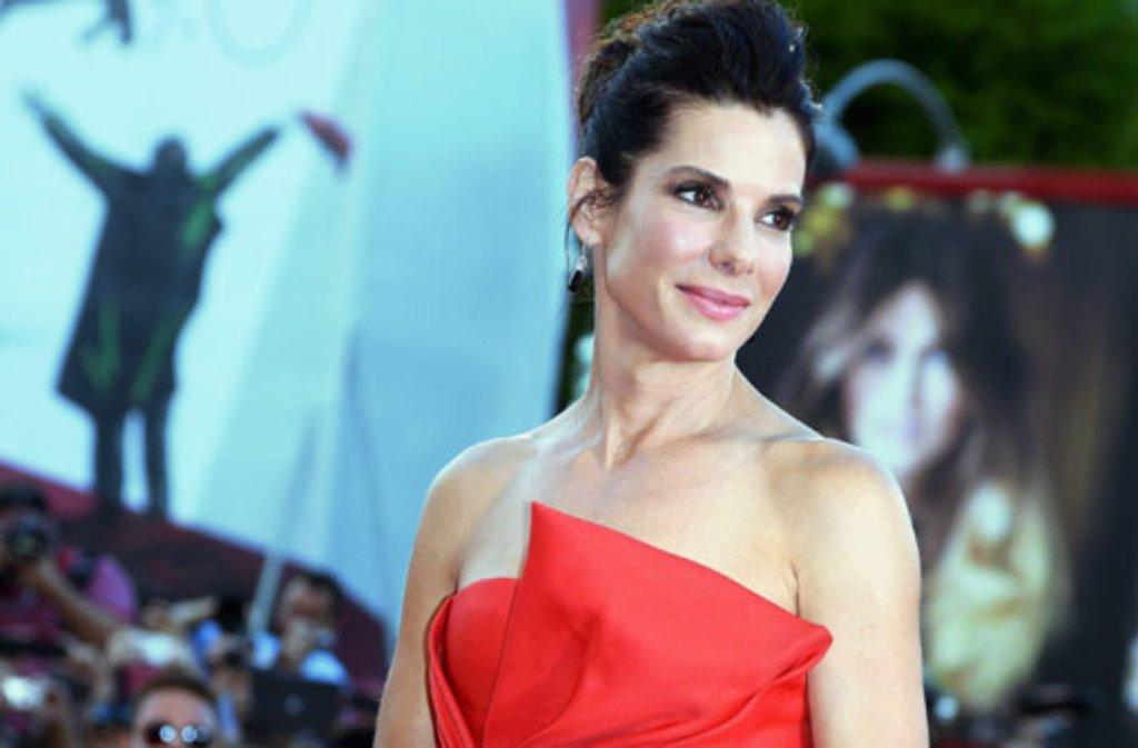 """Sandra Bullock (50) ist dem Magazin """"Forbes"""" zufolge die bestbezahlte Schauspielerin in Hollywood. Demnach hat die 50-Jährige zwischen Juni 2013 und Juni 2014 etwa 51 Millionen Dollar (umgerechnet 38 Millionen Euro) verdient. Das Weltraumdrama """"Gravity"""" hat Bullock nicht nur eine Oscar-Nominierung, sondern auch jede Menge Geld eingebracht. Foto: dpa"""