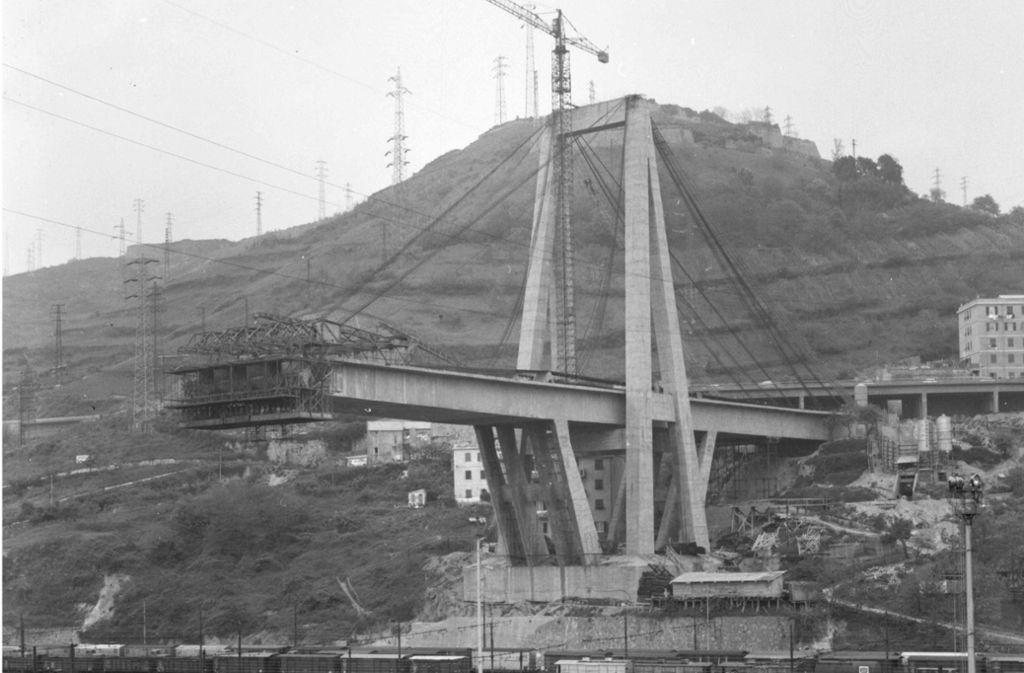 Von 1962 bis 1967 wurde das Polcevera-Viadukt, eine Schrägseilbrücke aus Spannbeton, von Riccardo Morandi gebaut. Das Foto von 1965  zeigt das erste von drei Teilsegmenten der Morandi-Brücke in der norditalienischen Hafenstadt.Studio Leoni/AFP Foto: