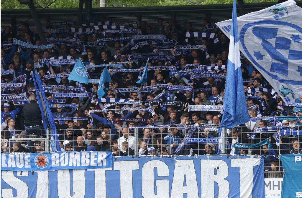 Unabhängig von der Ligazugehörigkeit: Die Fans der Stuttgarter Kickers bleiben ihren Blauen treu. Foto: Baumann
