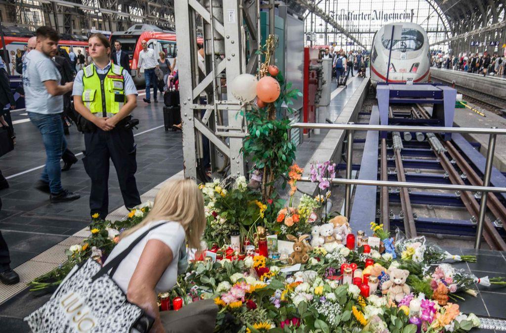 Der Schock nach der Attacke am Frankfurter Hauptbahnhof sitzt tief. Der Tatverdächtige schweigt weiter zu seinem Motiv. Foto: AFP
