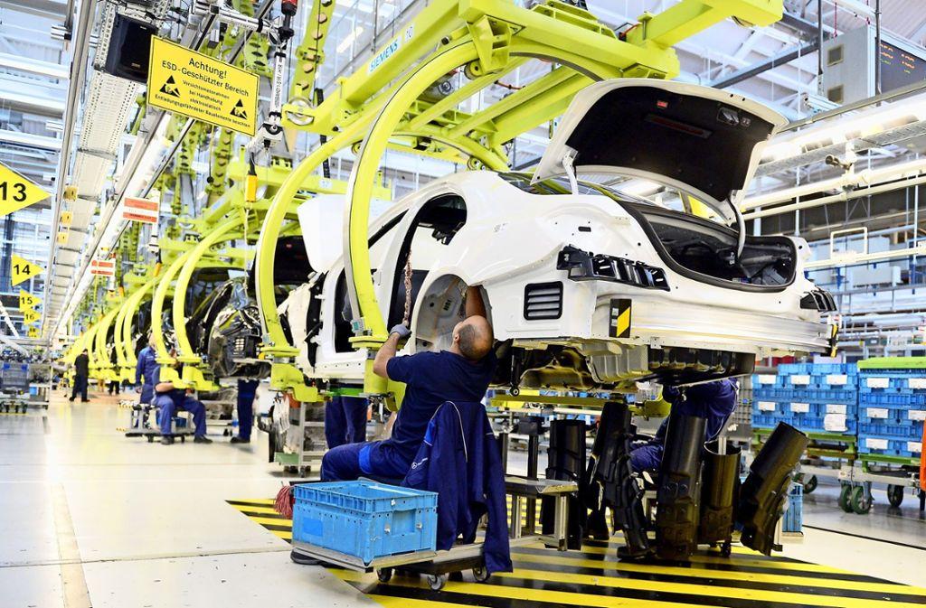 Daimler korrigierte seine Gewinnprognose Ende Juni nach unten und schickte damit seine Aktie auf Talfahrt, von der sich der Titel bis heute nicht erholt hat. Foto: dpa