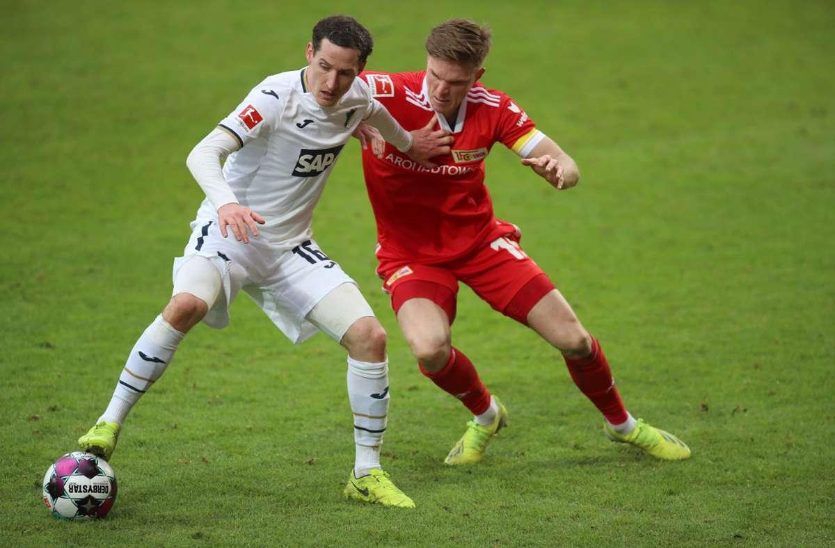 Hoffenheims Mittelfeldspieler Sebastian Rudy (l) und Unions Mittelfeldspieler Marius Bülter. Foto: dpa/Andreas Gora