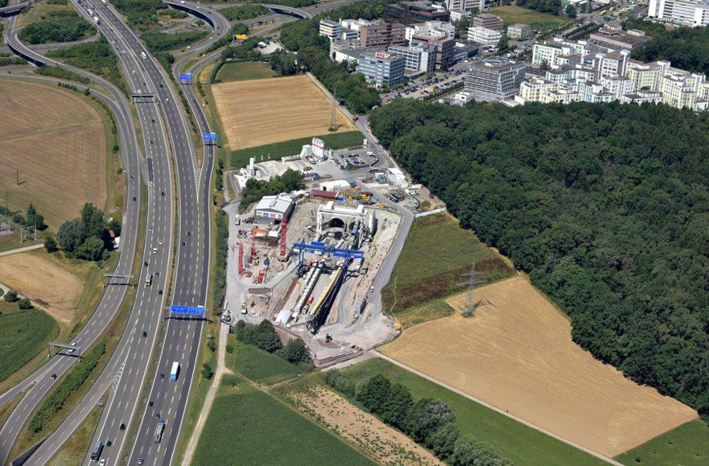 Auf den Fildern wird für das Bahnprojekt Stuttgart 21 gearbeitet (im Bild das Filderportal neben der A8). Nun sind bei Grabungen Hinweise auf ein Kleingräberfeld aufgetaucht. Foto: Archiv Sägesser