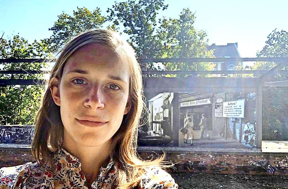 """Stefanie Lenk ist in  Ost-Berlin geboren. """"Ich fühle mich als Ostdeutsche – obwohl ich 1988 geboren bin"""", sagt sie. """"Die Art und Weise, wie ich aufgewachsen bin und welche Werte mir mitgegeben wurden, unterscheidet sich von Gleichaltrigen aus Westdeutschland, glaube ich. Zum Beispiel wurde mir beigebracht, erst einmal an die Bedürfnisse der Gruppe zu denken und mich selbst hinten anzustellen."""" Unsere Bildergalerie zeigt, wie junge Menschen über die Wiedervereinigung denken. Foto:privat Foto:"""