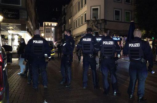 50 Jugendliche attackieren Polizeiwagen