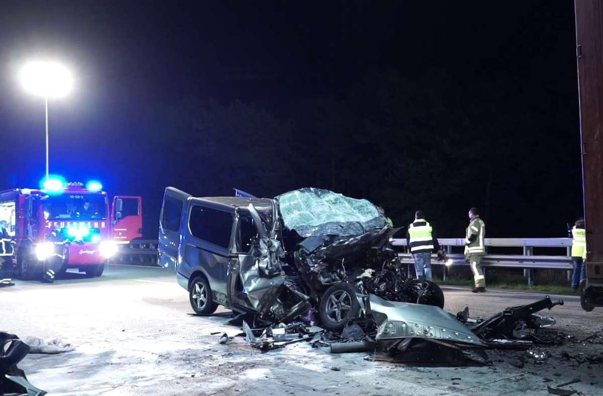 Der völlig zerstörte Transporter steht auf der Fahrbahn der A1 bei Wildeshausen. Foto: Thomas Lindemann/TeleNewsNetwork/dpa