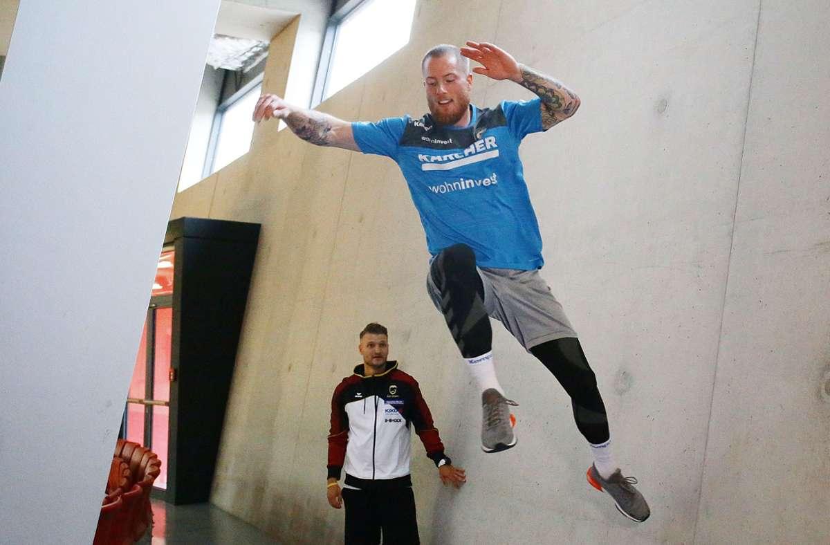 Handball-Nationalspieler Patrick Zieker beim Sprung an der Wand – Parkour-Profi Andy Haug beobachtet die Ausführung. Foto: Baumann