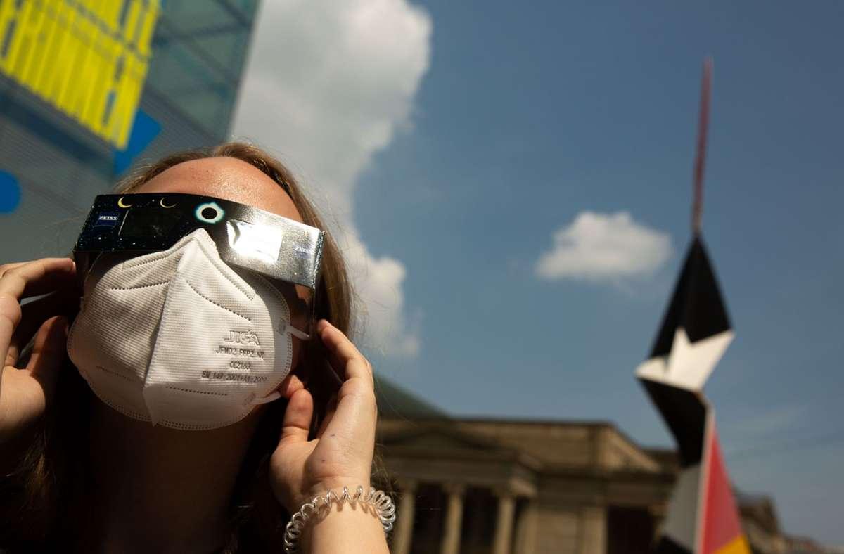 Nur mit einer speziellen Brille kann man gefahrlos in die Sonne schauen. Foto: Lichtgut/Leif Piechowski