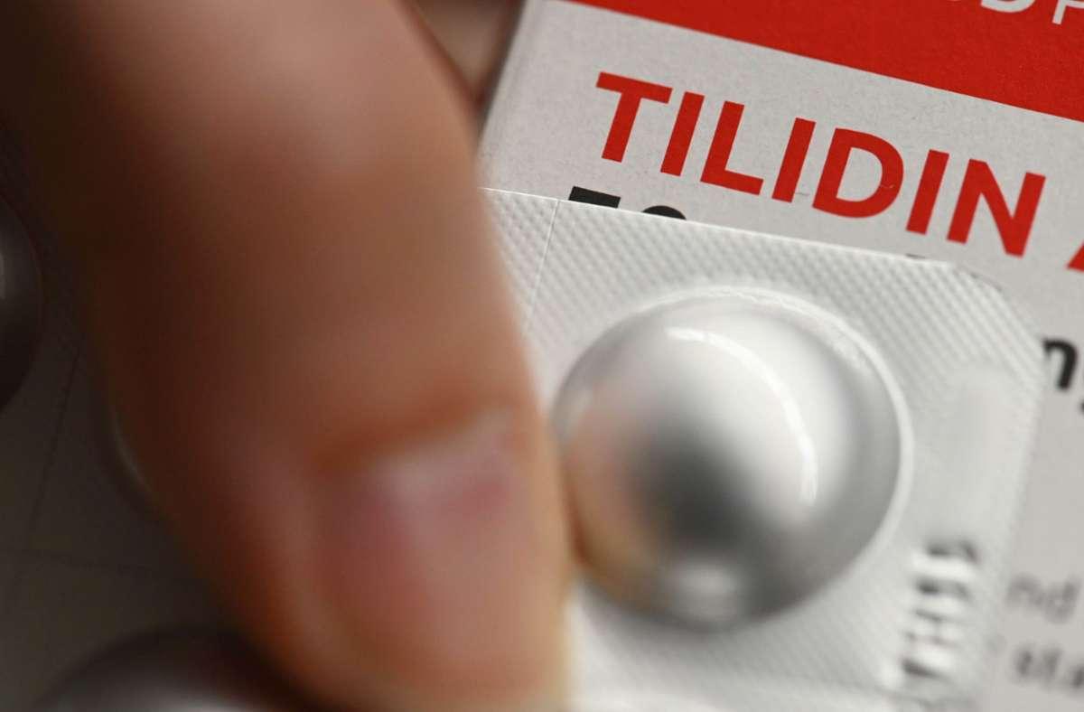 In einer Apotheke wird eine Medikamentenpackung mit der Aufschrift «Tilidin» gezeigt. Foto: /Uli Deck/dpa