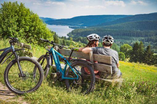 Ausblicke satt am Wegesrand: der Seenradweg im Hochschwarzwald verbindet Naturerlebnis mit Badespaß.